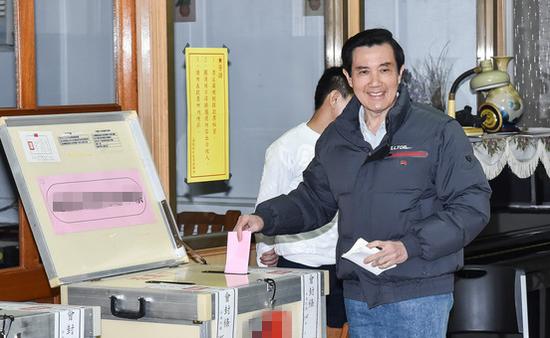 1月16日,马英九现身投下一票。(来源:台湾东森新闻云)
