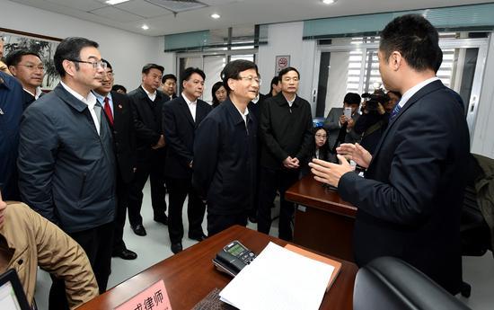 1月13日至16日,中共中央政治局委员、中央政法委书记孟建柱在广东省调研。图为孟建柱来到位于深圳市的最高人民法院第一巡回法庭