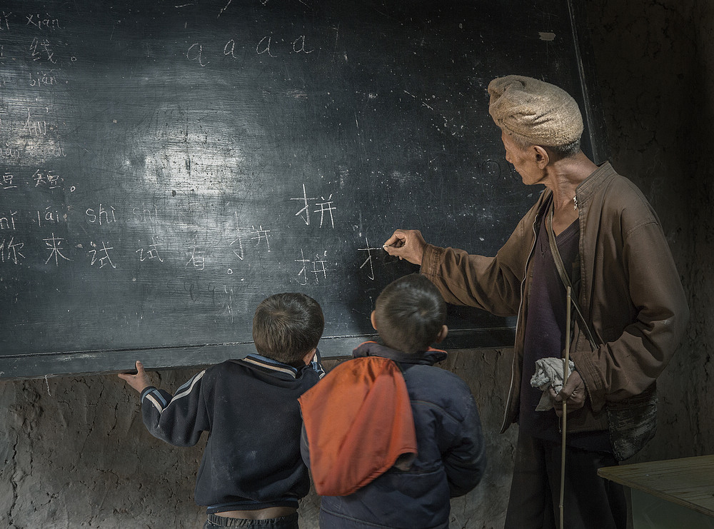 冷静贡献的农村老师(材料图)