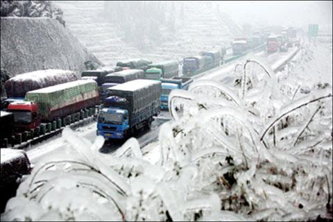 2008年1月13日开始,受冰雪影响,上万台车辆,四五万司乘人员滞留在京珠高速公路上。
