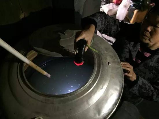 洞庭湖缺水,2015年11月,湖南省南县石坝村肖喜福老人家中面临的水质型缺水难题。近20多年来,家里打了两次深井,如图所示,井水呈乳白色,铁锰严重超标,无法饮用。新华社记者周楠摄