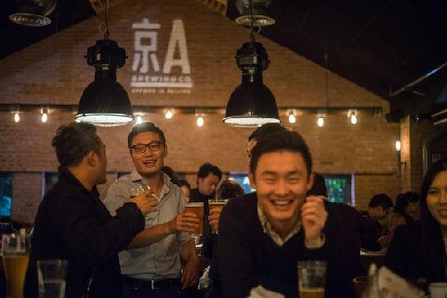 京A啤酒酿造作坊将美国风格的啤酒与本地风味结合起来,提供工人淡色啤酒和空气大爆表双IPA啤酒。(图片来源:美国《纽约时报》网站)