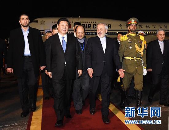 1月22日,国家主席习近平乘专机抵达伊朗首都德黑兰,开始对伊朗进行国事访问。这是在梅赫拉巴德机场,习近平受到伊朗外交部长扎里夫等热情迎接。新华社记者饶爱民摄