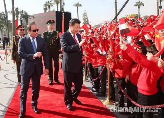 当地时间1月21日,国家主席习近平在开罗库巴宫同埃及总统塞西举行会谈。会谈前,习近平出席在库巴宫广场举行的盛大欢迎仪式。(图片来源:新华社)