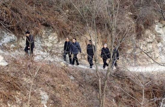 2014年1月26日,李克强在陕西安康旬阳金坡村看望留守儿童。资料图