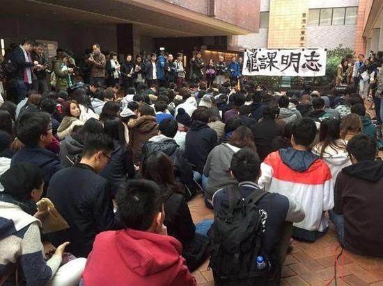 香港大学罢课学生再度冲击校方