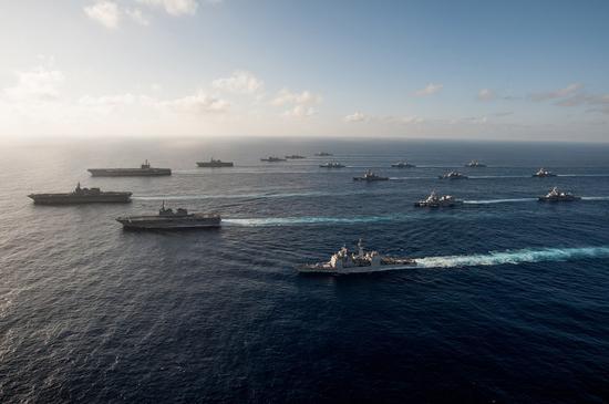 11月23日,美日两国出动了至少19艘主力战舰,其中包括罗纳德-里根号航母、日本海上自卫队DDH-183出云号、DDH-182伊势号准航母,在日本南部水域组成了庞大舰队。近日,美日两国海上力量正在举行联合训练。