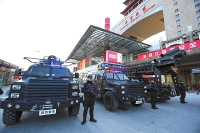 今天,多名铁警赤手空拳在北京西站外执勤。为增强春运时期安保,北京铁警铁鹰突击队于克日配发了防弹坦克车和战术突击反恐公用途突车辆。 京华时报通信员庞贺雷摄