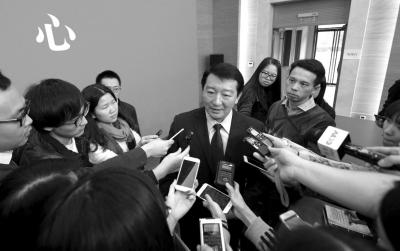 公布会后市交通委讲话人容军被记者团团围住。京华时报记者潘之望摄
