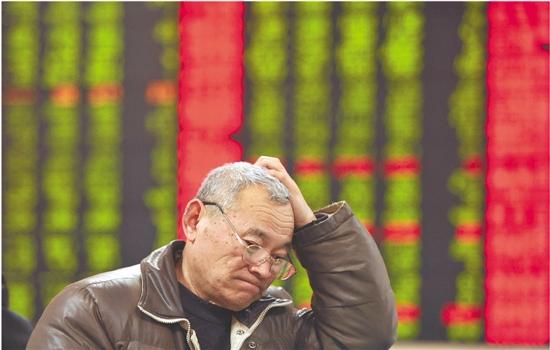 股民在安徽阜阳市一家证券经营厅重视股市行情  新华社发