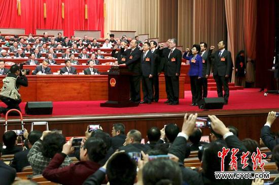 尹力当选省长后向宪法宣誓