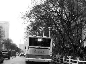 """公交车尾部的显示屏上出现""""SOS"""",让人捏把汗 封波 摄"""