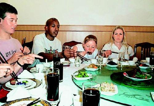 美年青人爱上吃国家菜。(材料图像)