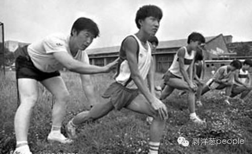 1993年的一次日常训练中,马俊仁纠正队员跑姿。