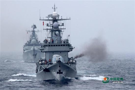 """1月15日,南海舰队某驱逐舰支队组织实兵实弹对抗演练,舰艇编队对""""敌机""""进行主副炮拦阻射击。"""