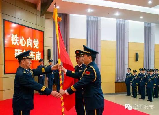 空军政委于忠福向东部战区空军授军旗。 张海深 摄