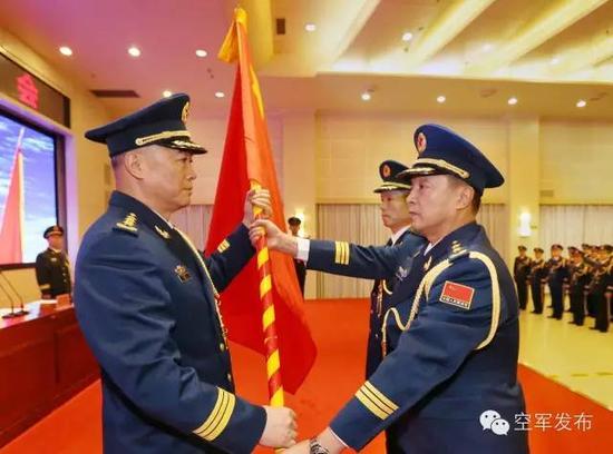 中央军委委员、空军司令员马晓天向西部战区空军授军旗。刘应华 摄