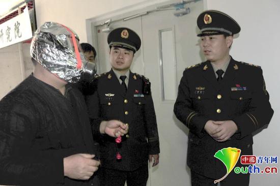 消防人员在检查中控室消防安全员对应急包中器械的使用熟悉程度,图中器械为防烟面罩。大发一分pk10青年网通讯员 左晶 摄