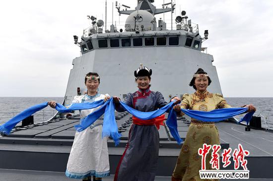 特战队员新年时期增强巡查戒备,抒发本人可以满意完成护航使命的坚决决心。张海龙摄