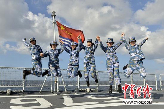 大庆舰6名护航女兵均是榜首次加入护航使命,新年前夜她们在航行船面火热庆祝2016年新年的到来。张海龙摄