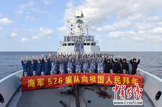 水师第二十二批护航编队在亚丁湾向故国公民贺年。张海龙摄