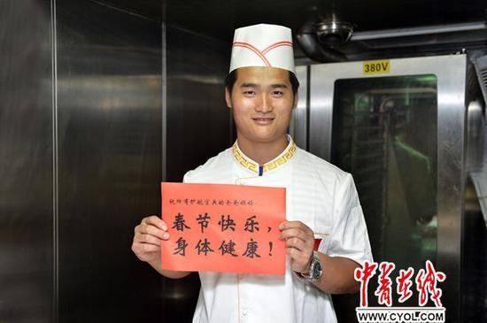伙食员赵海涛能在大年三十为全舰200余名胡匪烹调年夜大餐感触是一件十分幸运的事,他指望一切护航胡匪的父母在家里都能渡过一个平和的新年!张海龙摄