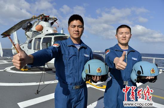 飞翔员司军伟和张鹏向在节日时期仍据守岗位的航空兵示意节日的问候。张海龙摄