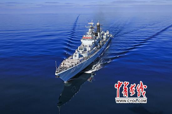 水师青岛舰向青岛市公民贺年。蓝明磊摄