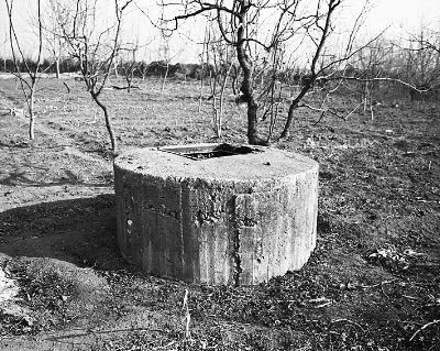 ▲防空洞洞口东侧还发现一处通风井。摄/记者 崔毅飞