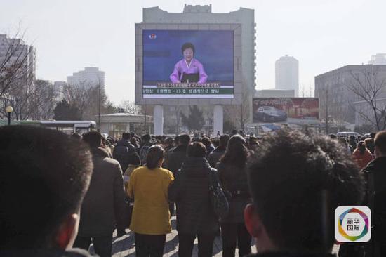 """2月7日,在朝鲜平壤,民众观看电视介绍""""光明星4号""""卫星发射情况。(新华社/美联)"""