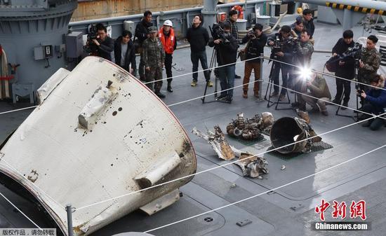 韩国军方打捞起疑似朝鲜火箭助推器残骸(图)