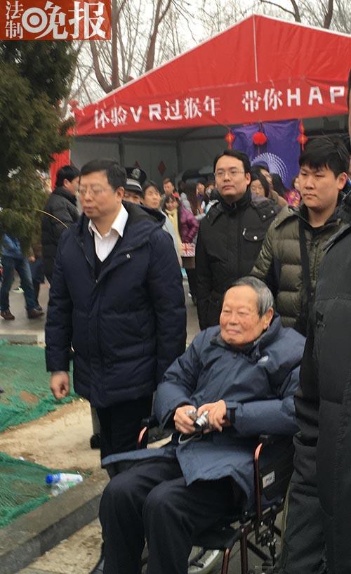 杨振宁携家人逛庙会