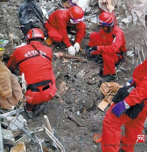 搜救人员挖掘的现场