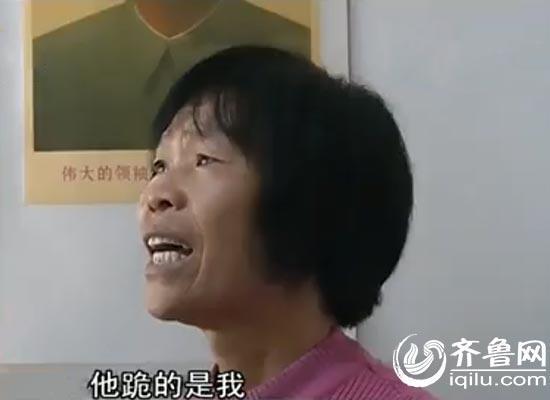 淄博男子火车站跪地泪别父母背后 继母:他主要是跪我(视频截图)