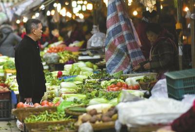 2月14日,成都一菜市场菜价恢复正常。