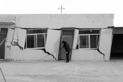 由于地面塌陷导致房屋变形严重。