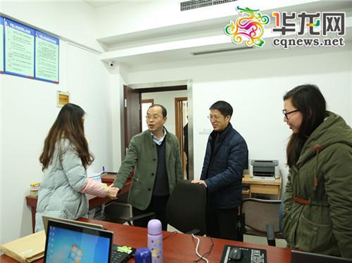 巫溪县委书记唐德祥为组织部档案科的工作人员送上新年祝福