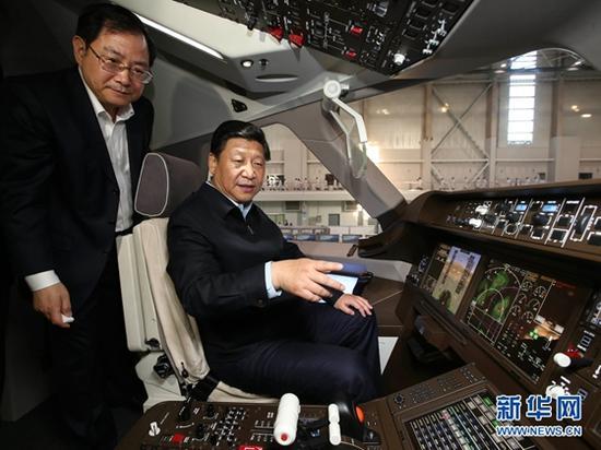 2014年5月23日,习近平在中国商飞设计研发中心C919大型客机展示样机驾驶室察看。新华社记者 兰红光 摄