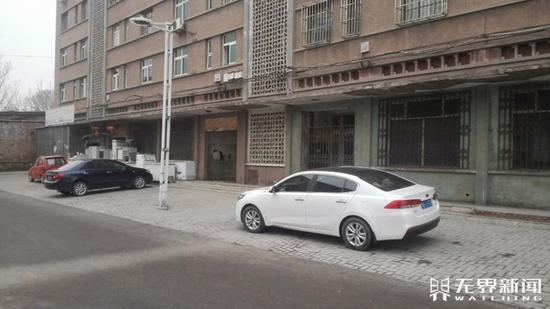 这栋楼的从前全部底商都是公营青年商店。无界消息记者张帆 摄
