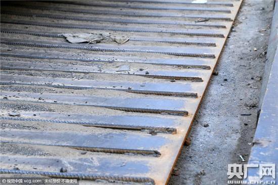 钢板铺在地上就算了,还焊上几百根钢筋,弄得高低不平