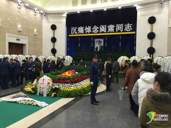 上千群众自发送别阎肃。中国青年网 记者 李拓 摄