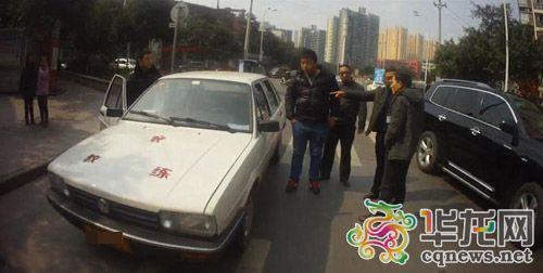 这辆教练车从事非法营运被查。交通执法大学城大队供图 华龙网发