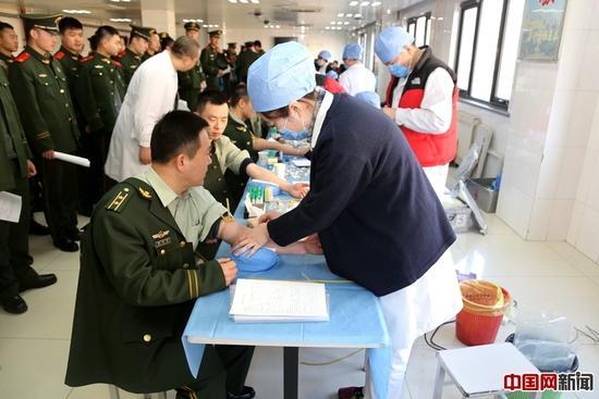 """2月18日清晨,全军采血中心的献血车驶入武警北京总队第七支队营区,武警官兵踊跃献血,截至发稿,已有135名官兵捐献了41600毫升血液。为""""第二故乡""""献上一份爱心。"""