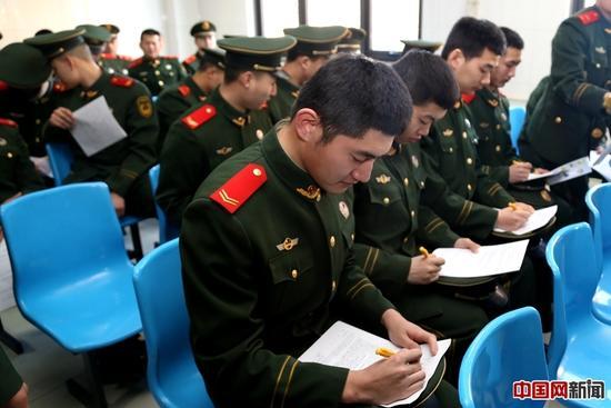 官兵们填写信息采集表。姜润邈摄