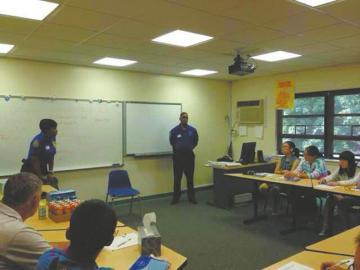 美国当地警察给小留学生上开学安全培训课。