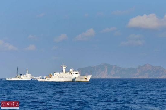 资料图片:2012年,钓鱼岛海域巡航的中国执法船(右)责令日船停止对我公务执法船的干扰行为,立即离开我国领海。