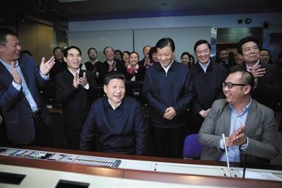 昨日,习近平在中央电视台《新闻联播》导控室向工作人员了解新闻制作导播流程。 新华社记者 兰红光 摄