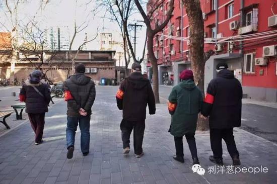 天下两会邻近,一级防控启动。潘故里社区的治安自愿者在他们的点位上巡查。拍照:新京报记者王嘉宁