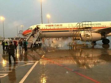 该航班出航后,搭客们下机等待。