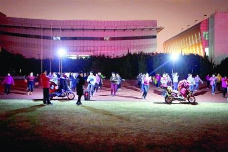 昨晚,松江体育场秩序井然,两队广场舞被有序地分散在了不同区域。